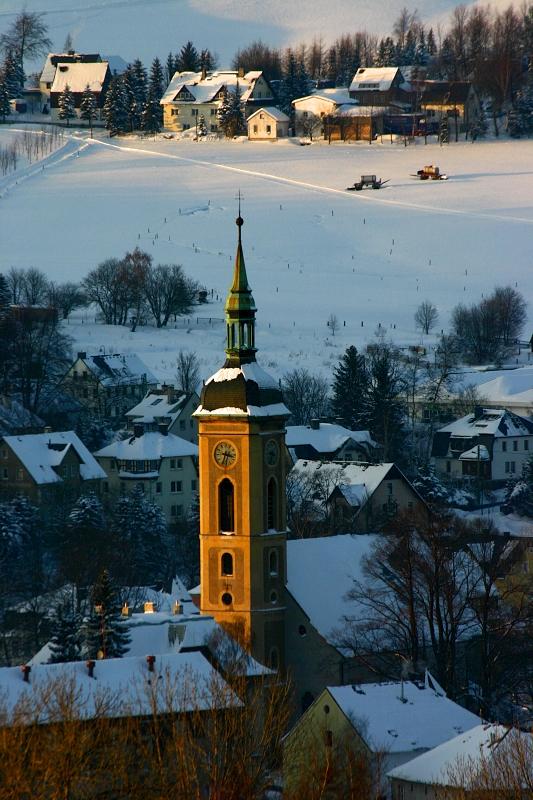 Ozářená věž kostela ve Vejprtech.