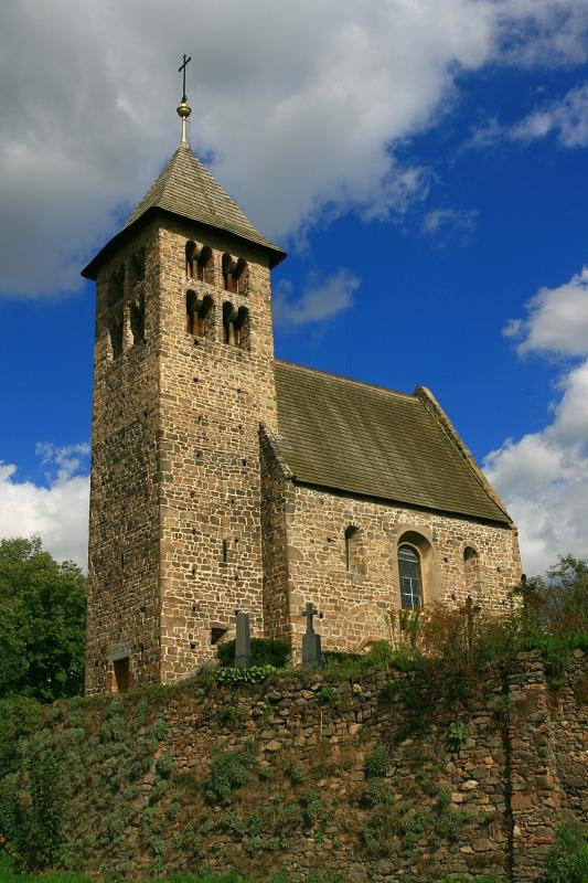 Románský kostelík v Poříčí nad Sázavou.