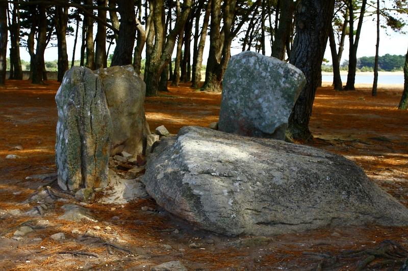Pobořený dolmen u Locmariaquer.
